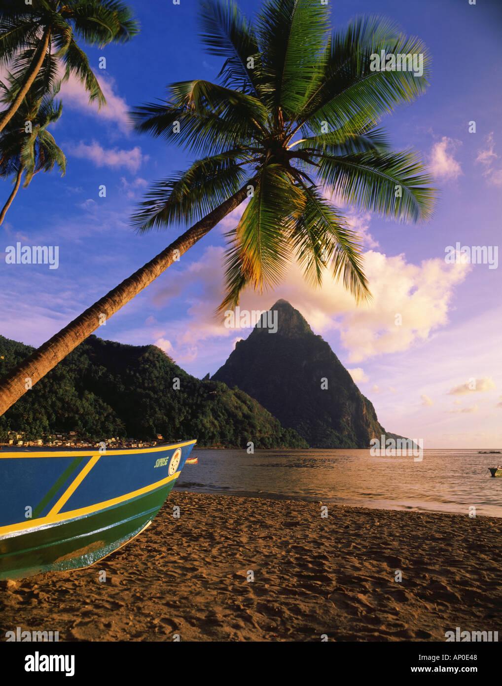 Späten Nachmittag Licht auf Soufriere Strand mit der zierlichen Piton im Hintergrund Fischerboot liegt am Strand Stockbild
