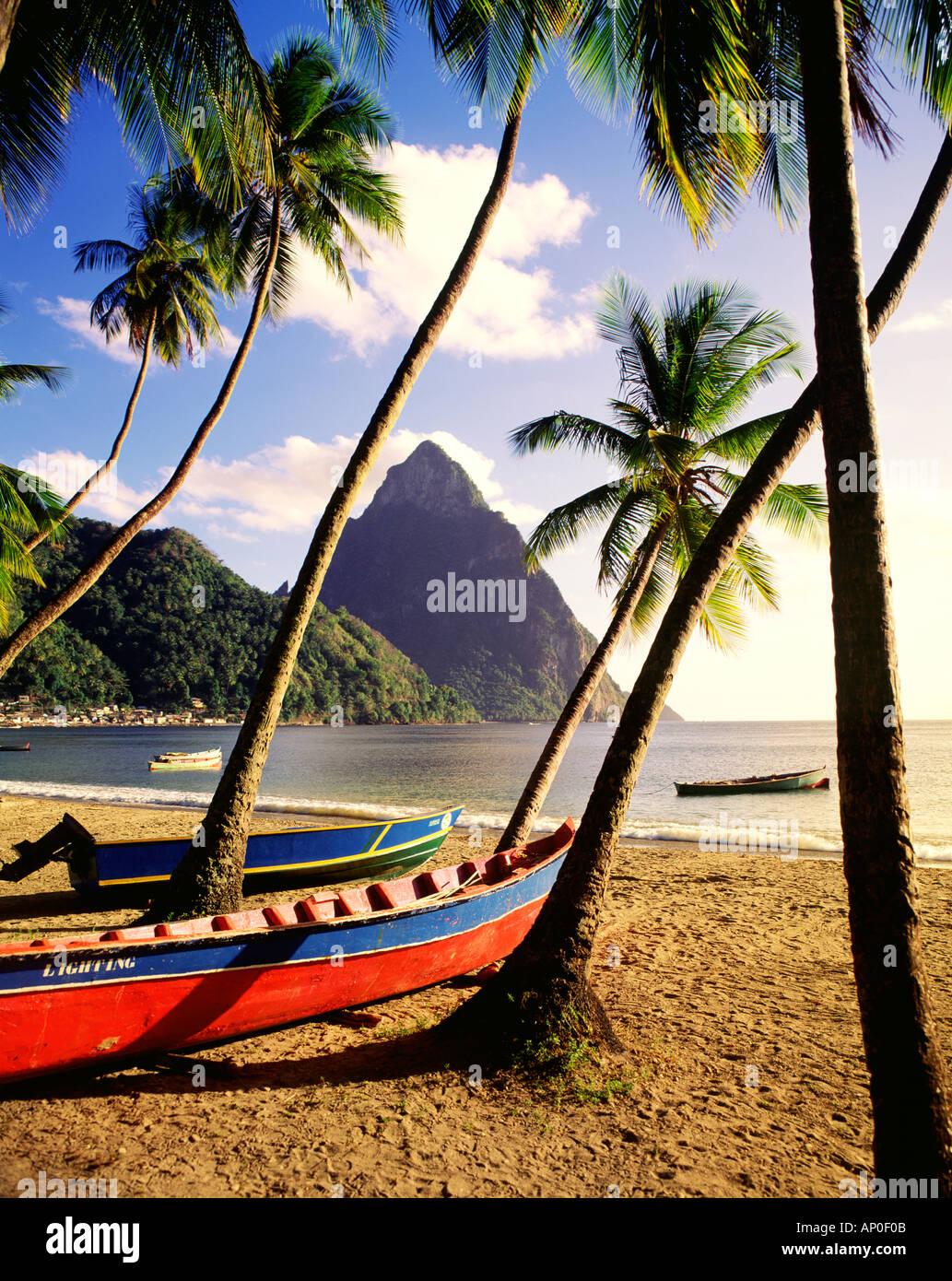 Die Pitons überragen Soufriere Strand auf der karibischen Insel St. Lucia als Angeln Boote sitzen am Strand Stockbild
