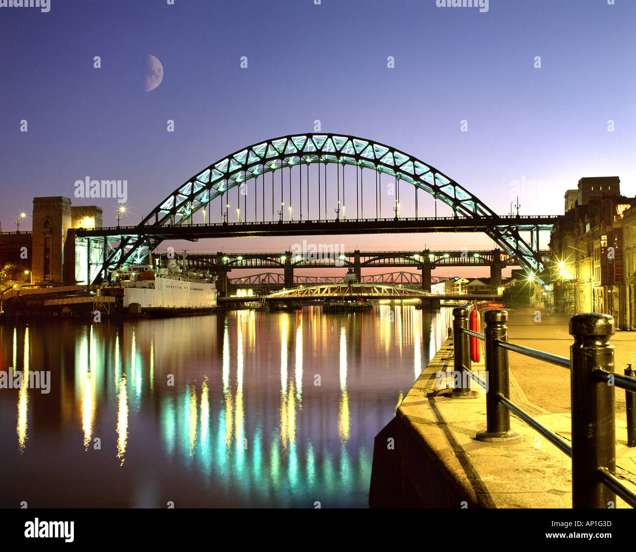 GB - NEWCASTLE: Tyne Bridge bei Nacht Stockbild