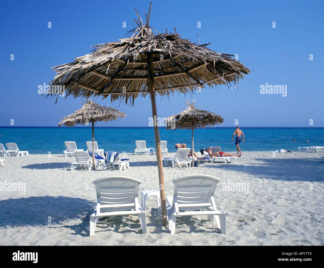 Strand von Santorin, Griechenland mit getrockneten Palmblättern als Sonne Schatten Schatten und blaues Meer und wolkenlosen Himmel verwendet Stockbild