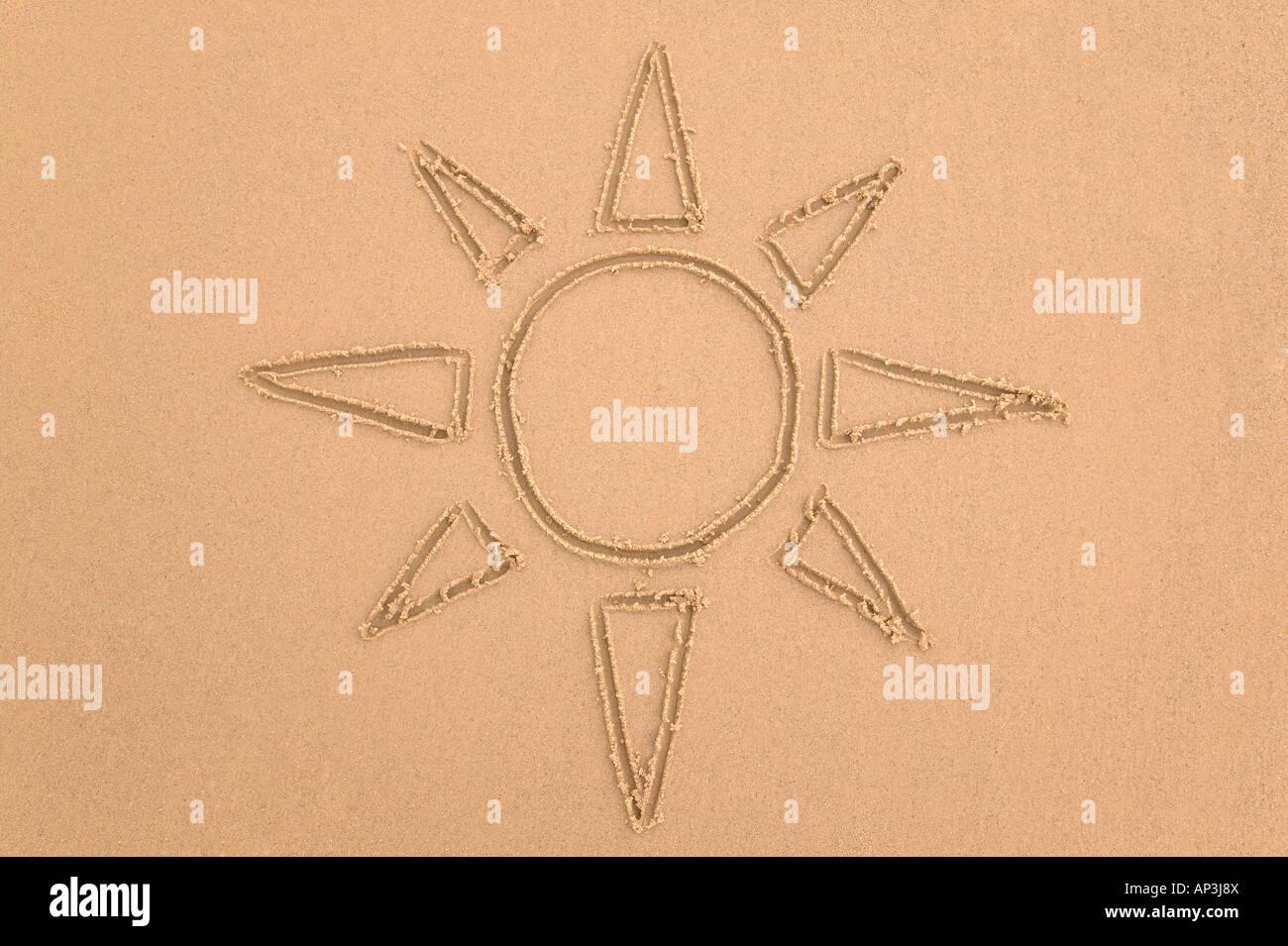 Zeichnung der Sonne getan im sand Stockbild