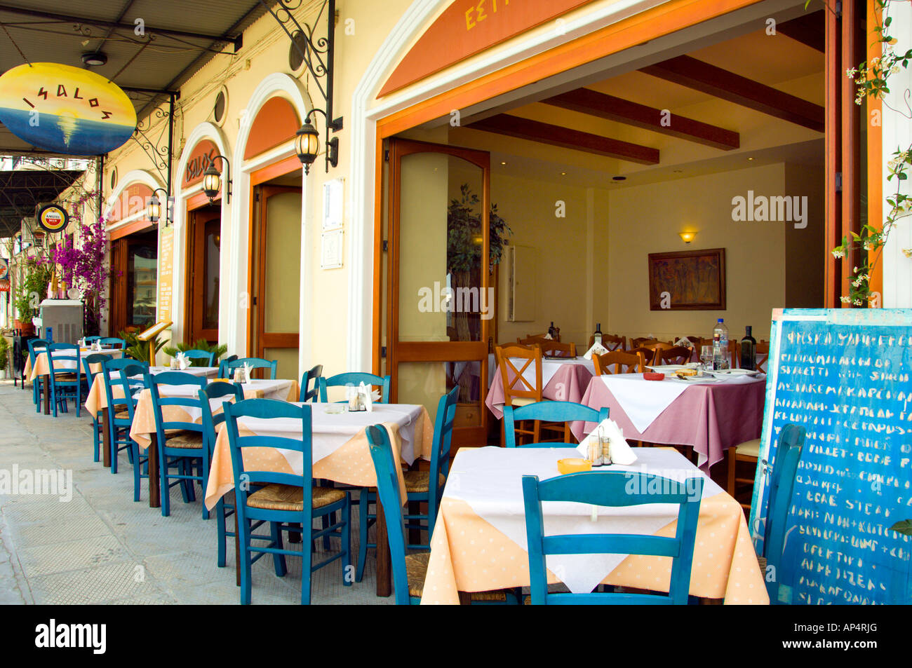 Restauranttisch und Stühlen mit lokalen Dekor Anmut der Küste zu den ...