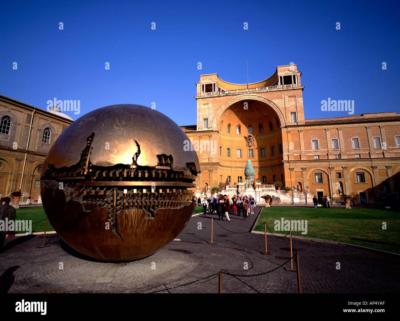 Kugel in Kugel, Arnaldo Pomodoro, Vatikan, Rom, Italien, Skulptur, Kugel Stockbild