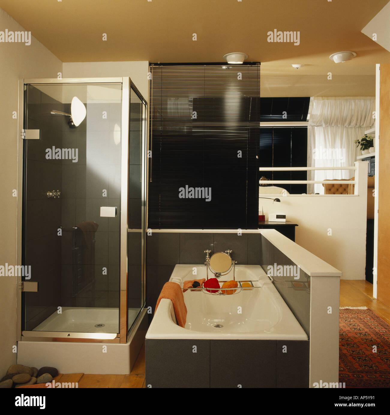 Kleine Dusche Und Badewanne In Anthrazit Grau Weiß Modern En Suite  Badezimmer Getrennt Vom Schlafzimmer Durch Schwarze Split Cane Blind