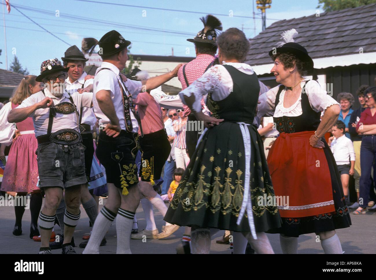 5295d097c732 Tänzer in traditionellen böhmischen Kleid amüsieren sich auf dem  Oktoberfest in Mt Engel