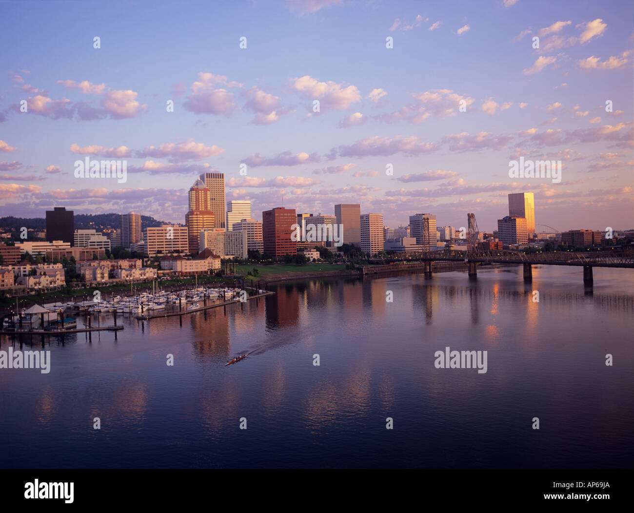 City Portland Oregon Usa Purple Stockfotos & City Portland Oregon ...
