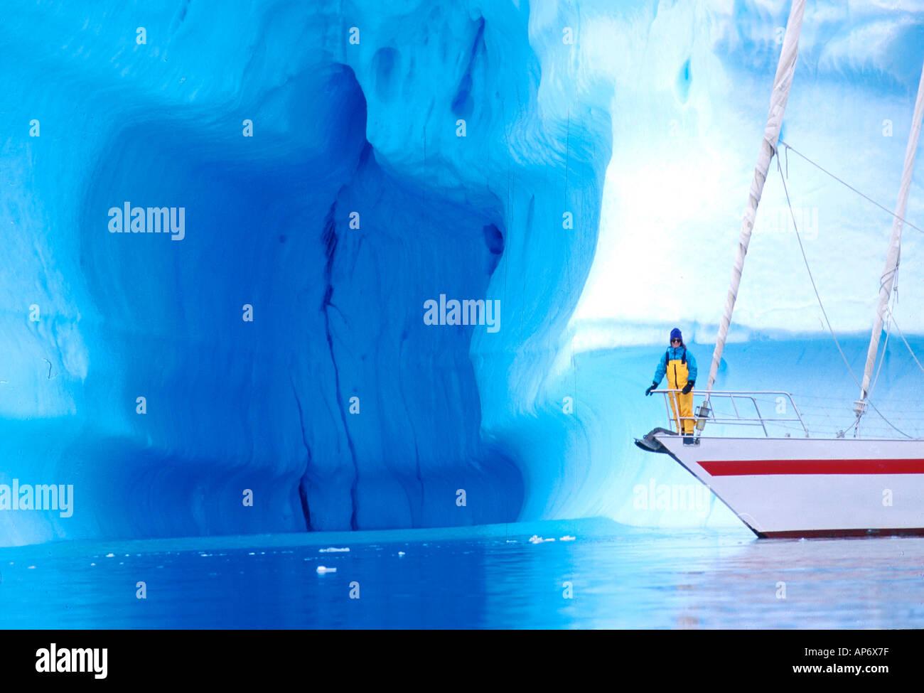 Yacht Pelagic mit Eisberg in der Antarktis Stockbild