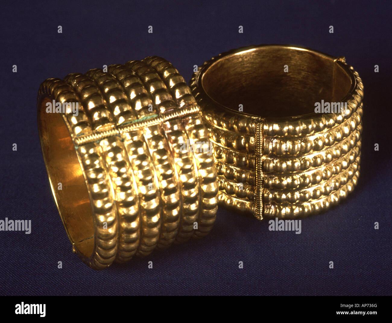 gold fu kettchen aus die sch tze in assyrischen palast in der irakischen stadt von nimrud. Black Bedroom Furniture Sets. Home Design Ideas