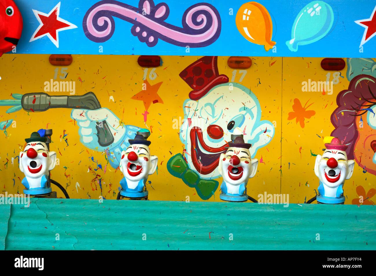Bunte Clown-Spiel auf einer Messe Stockbild