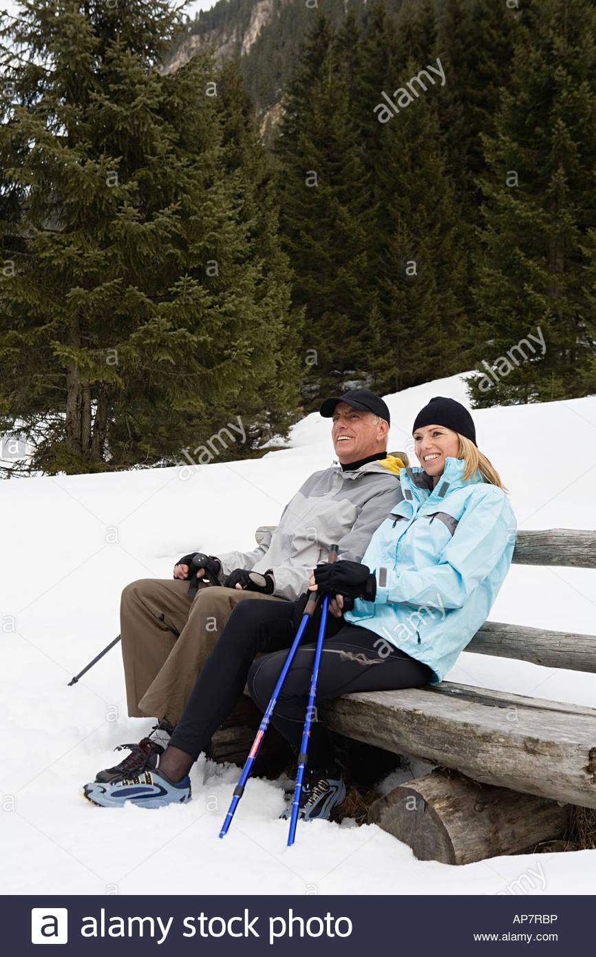 Paar auf Bank im Schnee Stockfoto
