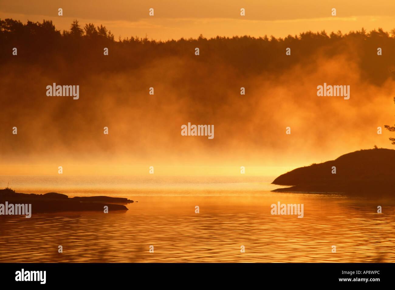 Am frühen Morgen Nebel über dem See Vansjø, Råde Kommune, Østfold Fylke, Norwegen. Stockbild