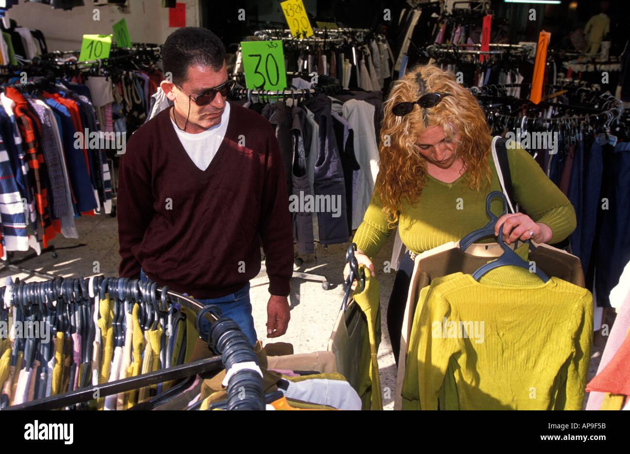 jüdische frau shopping für kleidung mit ihrem männlichen