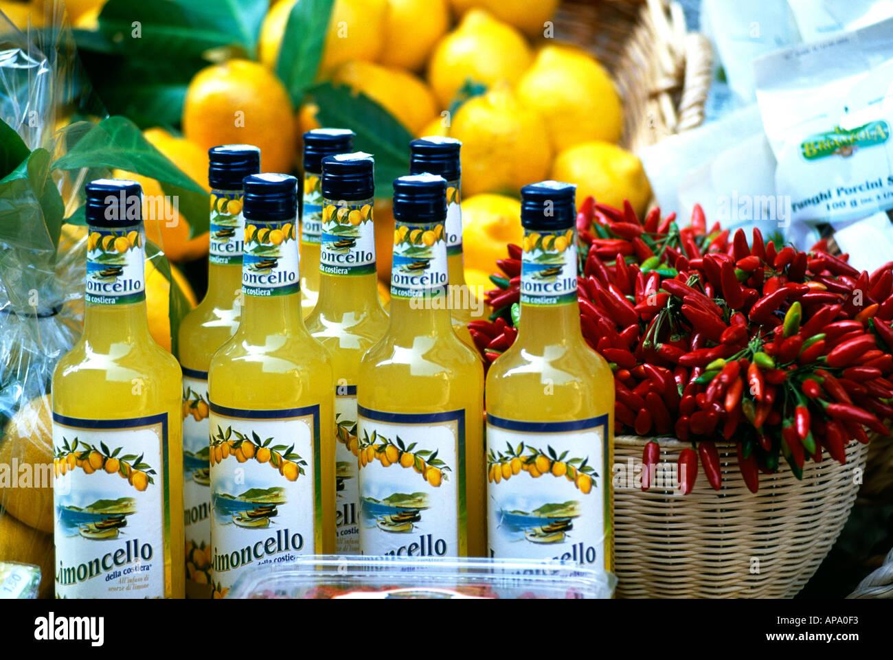 Limoncello-Getränk für den Verkauf auf einen Stall in Limone Sil ...