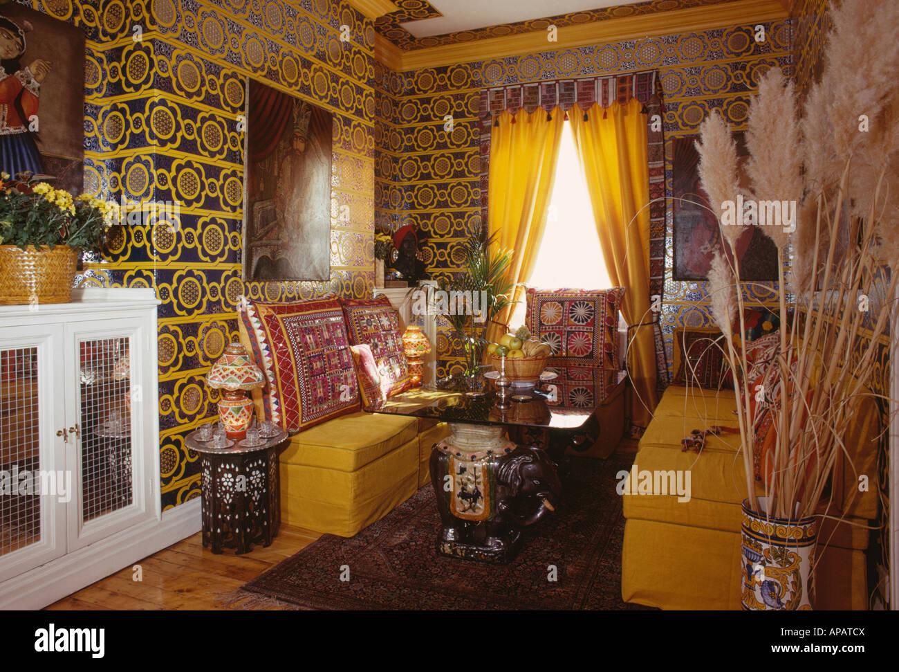 gelb und schwarz gemustert wallpaper in sechziger jahre esszimmer mit gelben bankett bestuhlung und gekrnt - Esstisch Mit Bankettbestuhlung