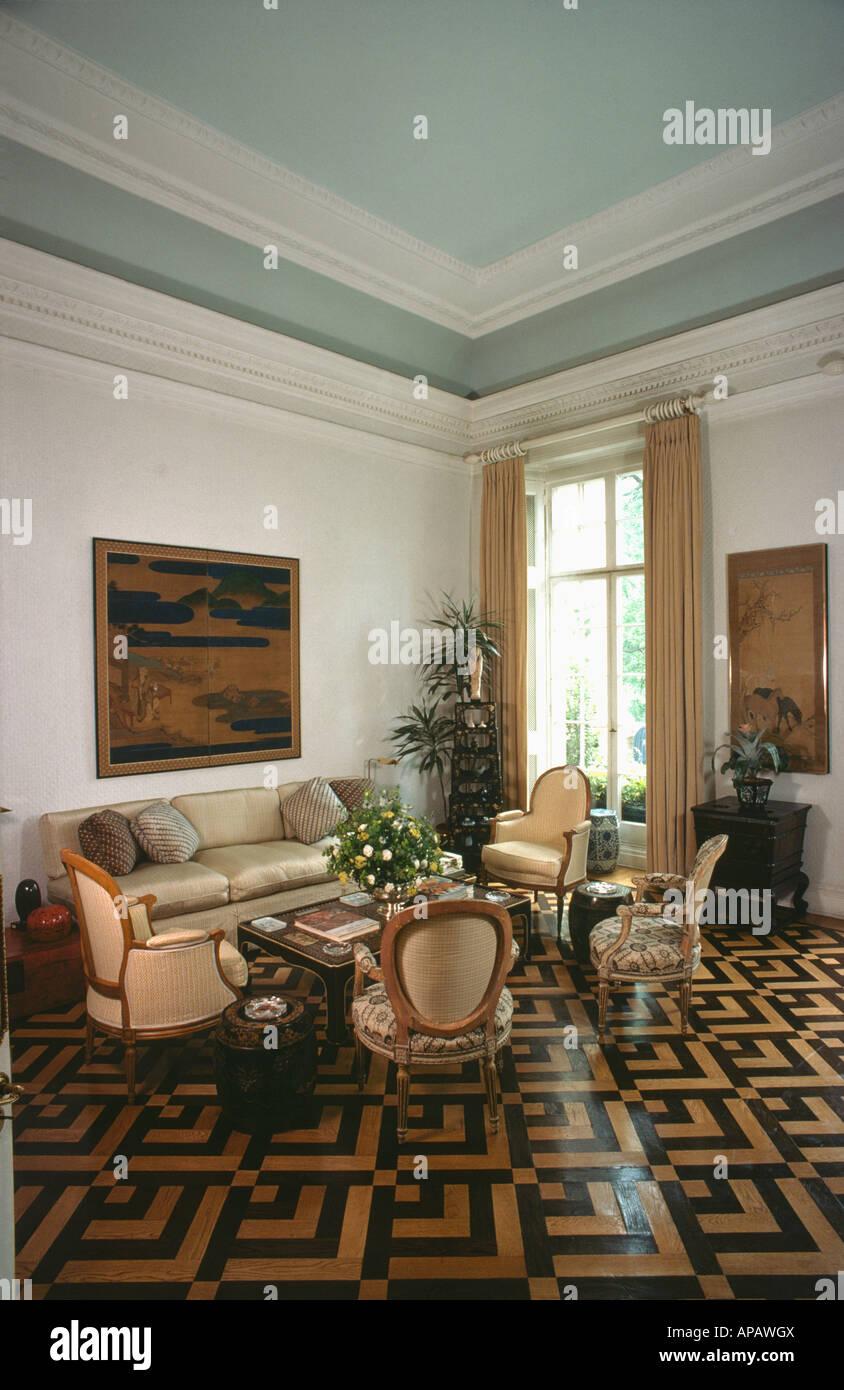 Creme Und Braun Aus Holz Parkett In Neutralen Wohnzimmer Mit Pastellblau  Decke Und Sahne Sofa Und Stühle