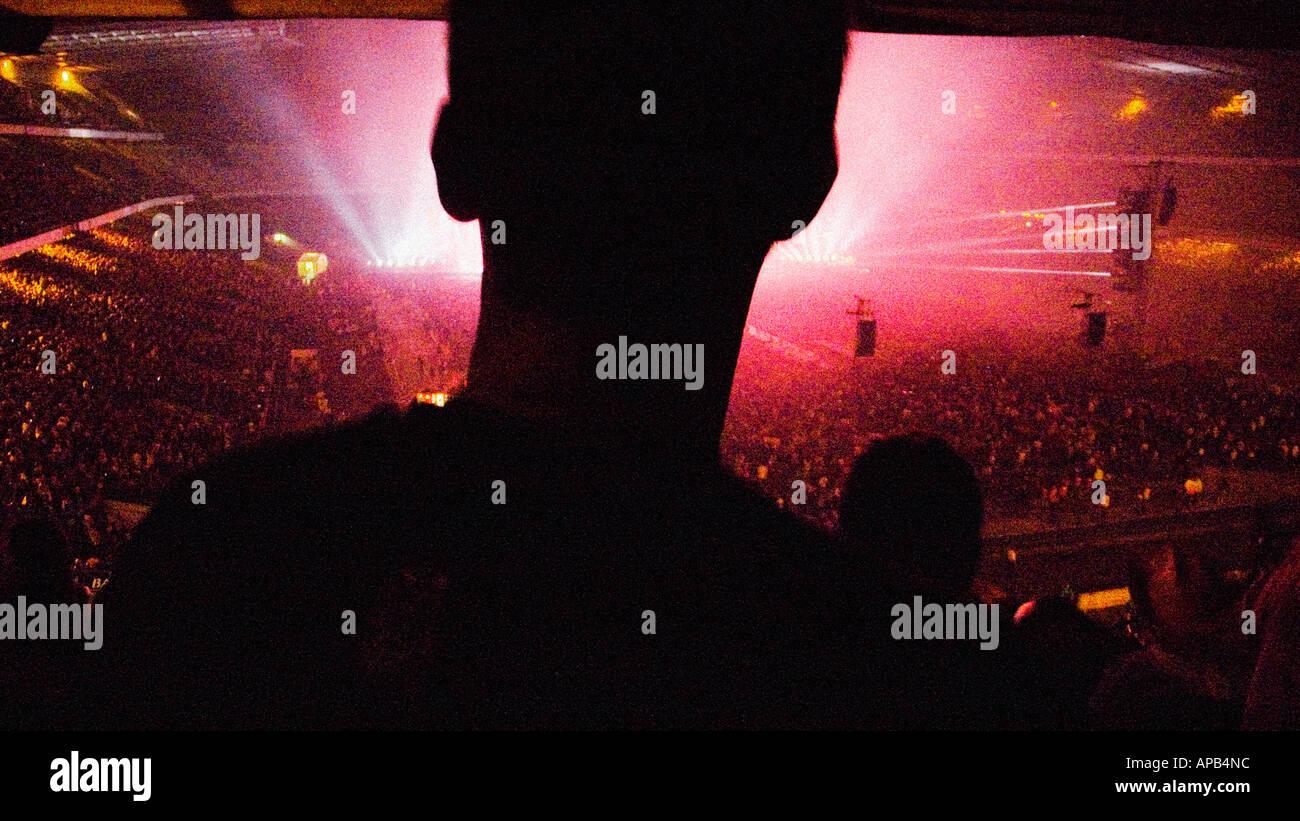 Silhouette eines Mannes bei einem Pop-Konzert Stockbild