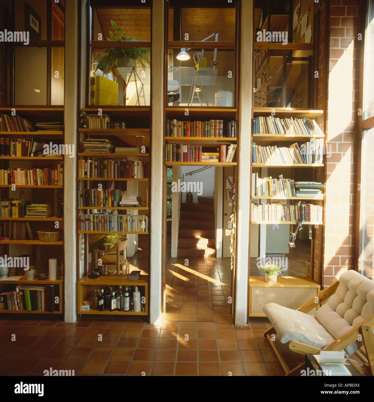 Vom Boden Bis Zur Decke Regale Im Wohnzimmer Mit Blick Auf Ersten Stock  Büro Durch Glaswände Der Achtziger Jahre