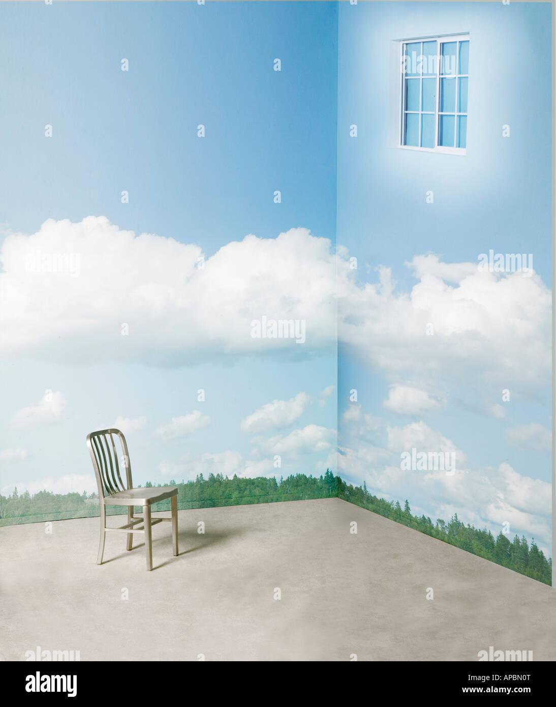 Lone Stuhl in der Ecke des Raumes mit surrealen Fenster und Wolken auf Wand Tag Traum Tagtraum Fantasie Stockbild