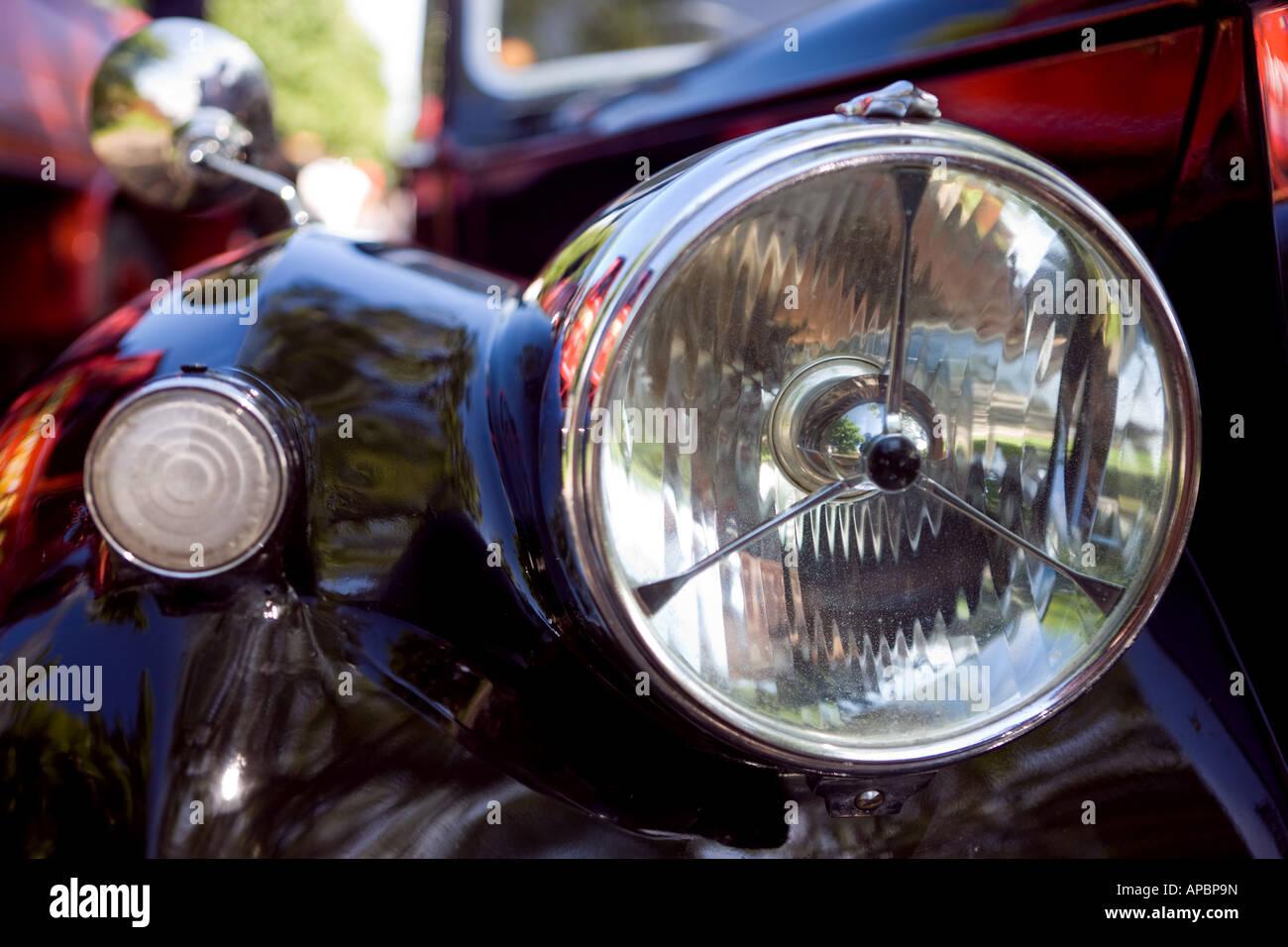 Nahaufnahme eines Scheinwerfers der Oldtimer an einem englischen Auto Rallye Stockbild