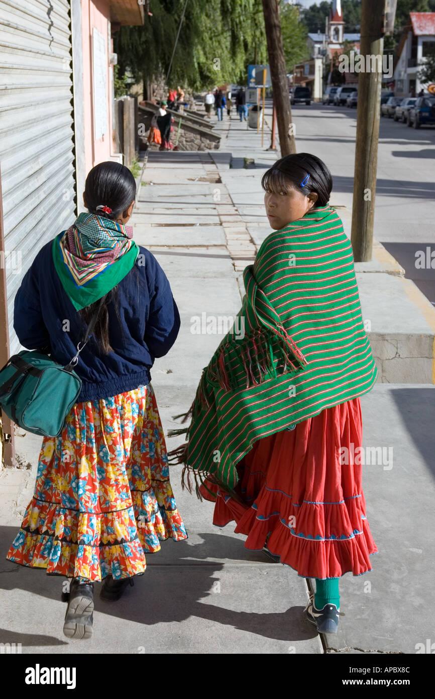 c9b143efc5b1bb Zwei Frauen in einer Straße von Creel ein beliebtes Touristenziel im Staat  Chihuahua Mexiko und Tor zum Copper Canyon