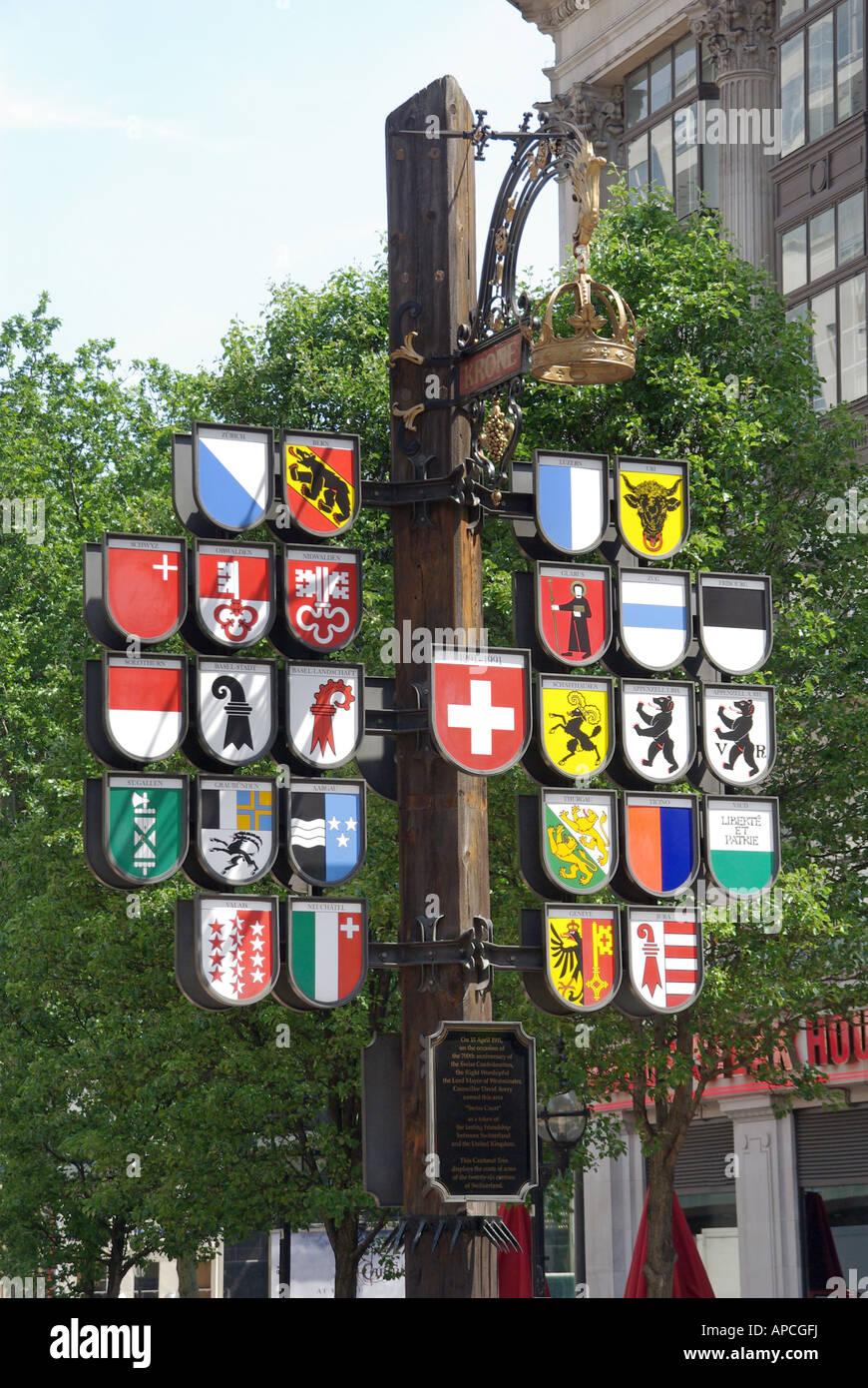 Londoner Leicester Square anzeigen Wappen der Schweizer Kantone in der Nähe von Schweiz Tourismus-Informationszentrum Stockbild