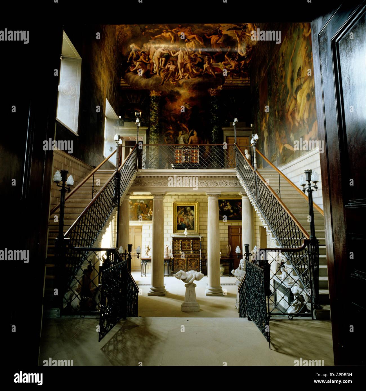 Entree mit Treppe und Kolonnaden Hall im englischen Herrenhaus ...