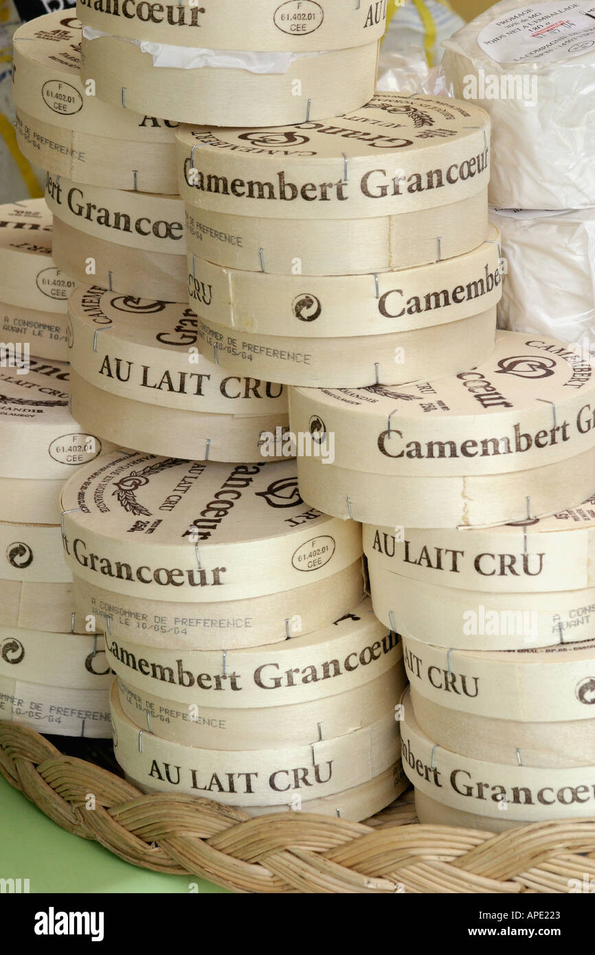 Eingewickelt und originalverpackt französischer Käse auf Tabletts Korbwaren am Marktstand Stockbild