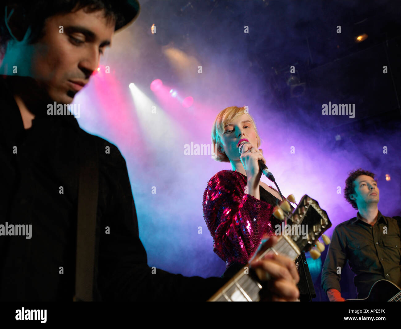 Rock-Band auf der Bühne im Konzert, niedrigen Winkel Ansicht Stockbild