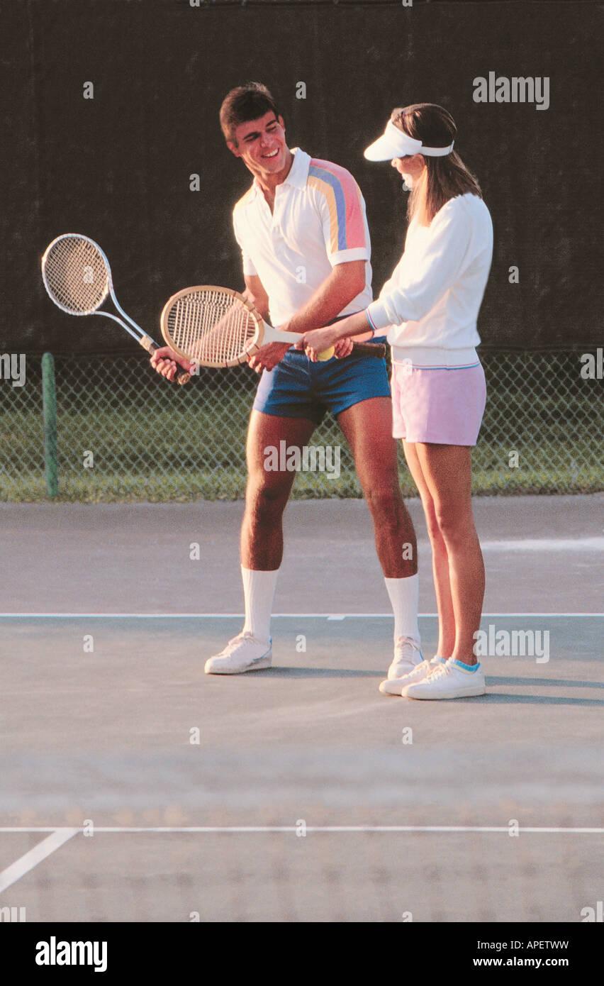 new product b277e afe7a Junges Paar in Tennis Kleidung auf sonnigen Tennisplatz ...