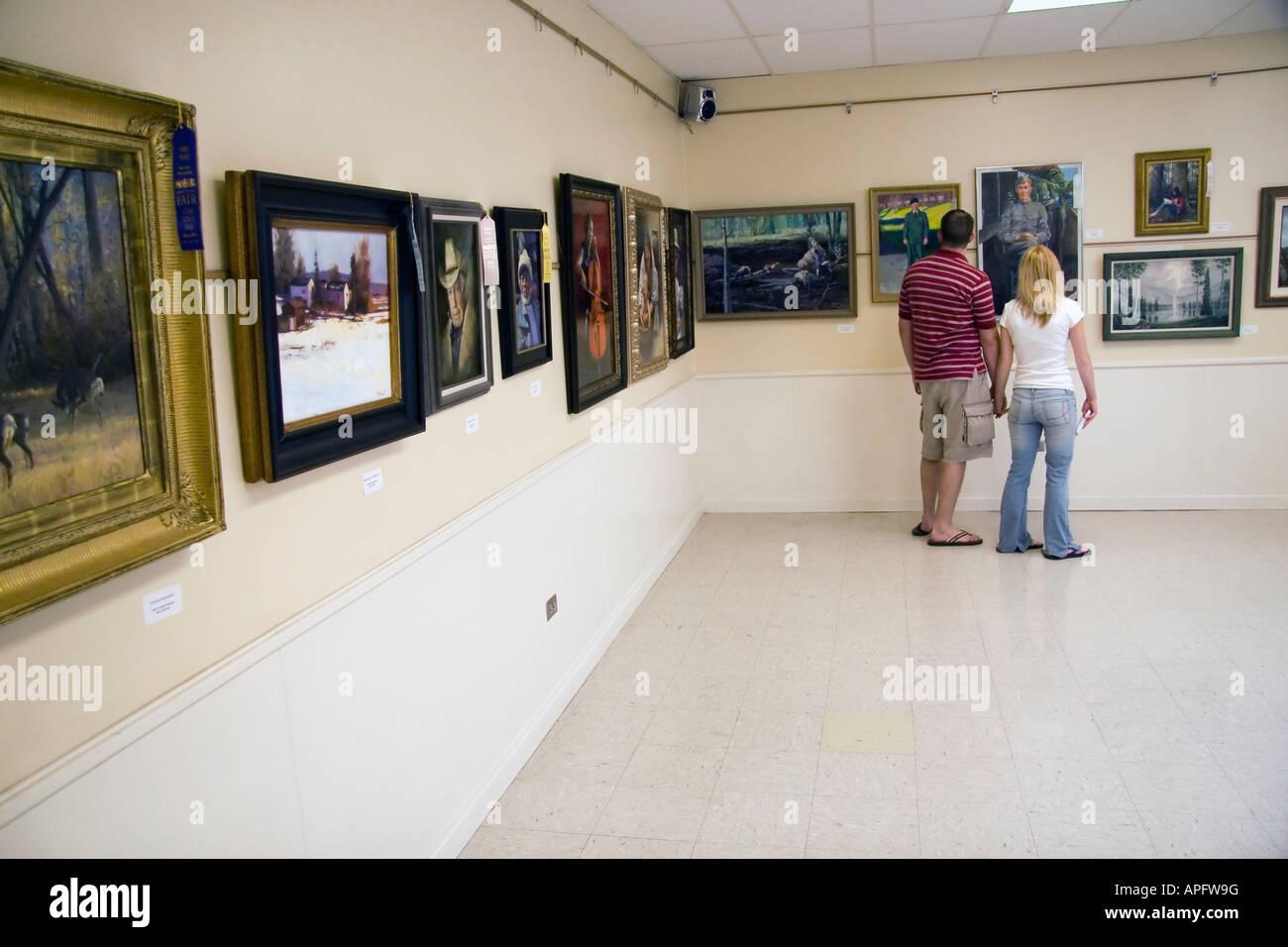 Ein paar hört auf zu viele Kunstwerke auf dem Display auf diese Art Exhibit an der Utah State Fair in SLC, Stockbild