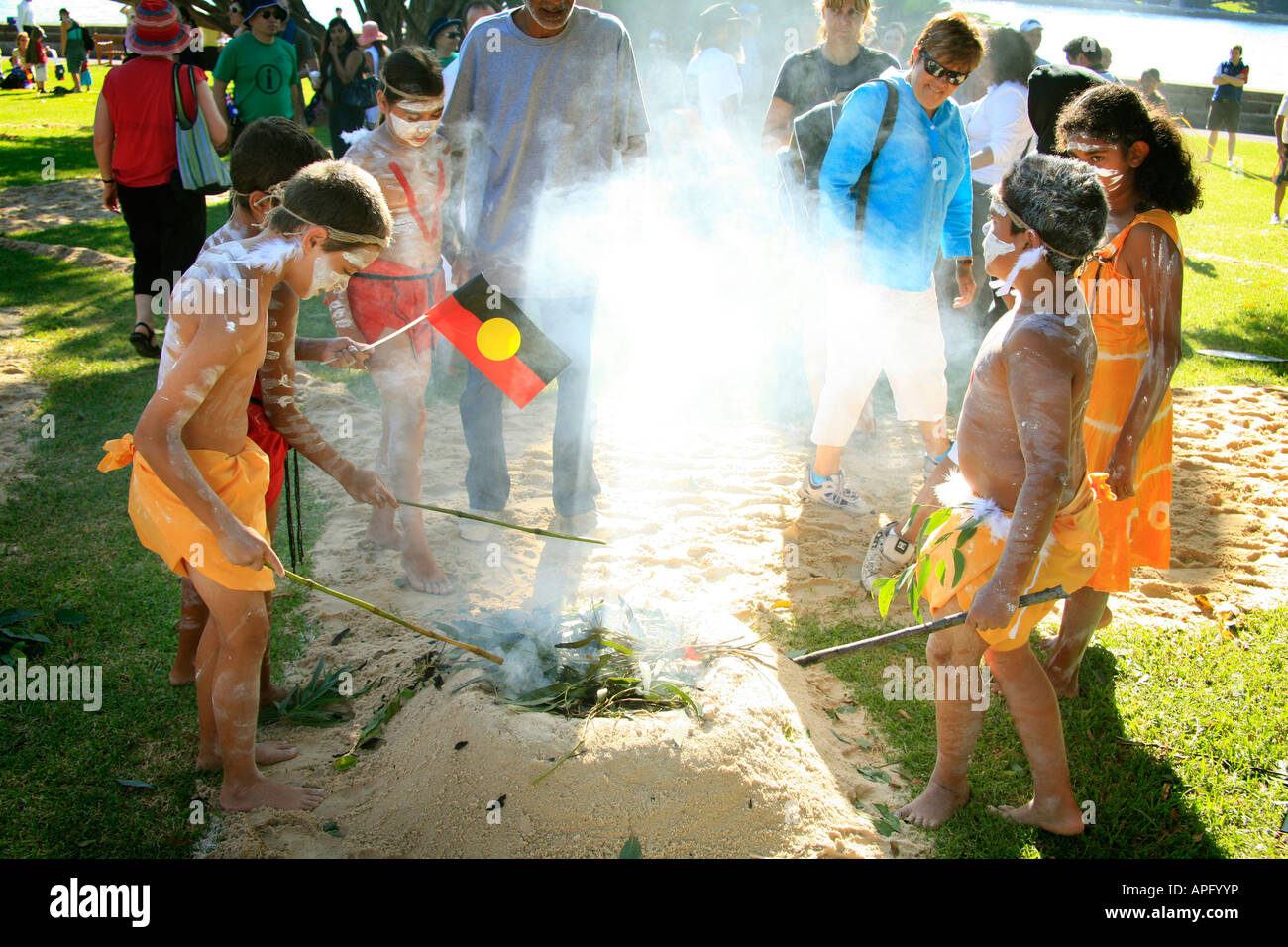 Der Australia Day Aborigines Rauchen Zeremonie in Sydney Botanic Gardens Stockbild