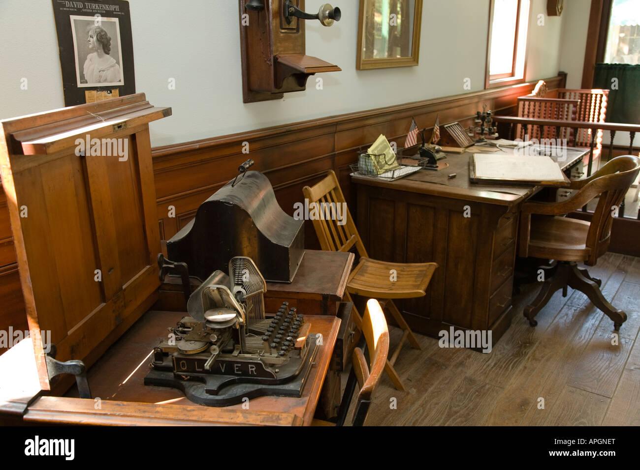 Schreibtisch mit ledger schreibmaschine alt altmodisch for Schreibtisch alt