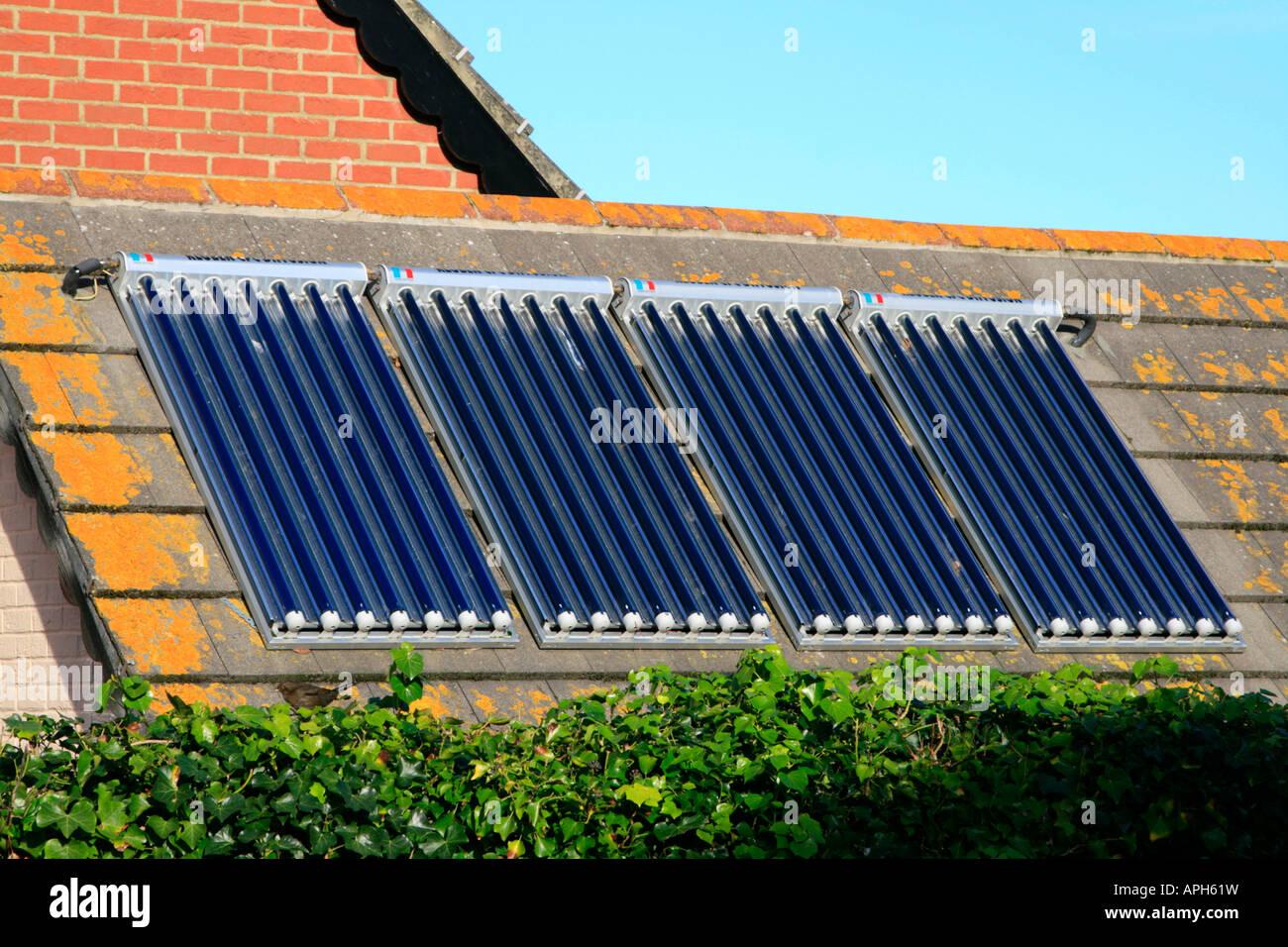 Sonnenkollektoren In Inländischen Haus Kostenlos Heizung Etc. England Uk Gb  Stockbild