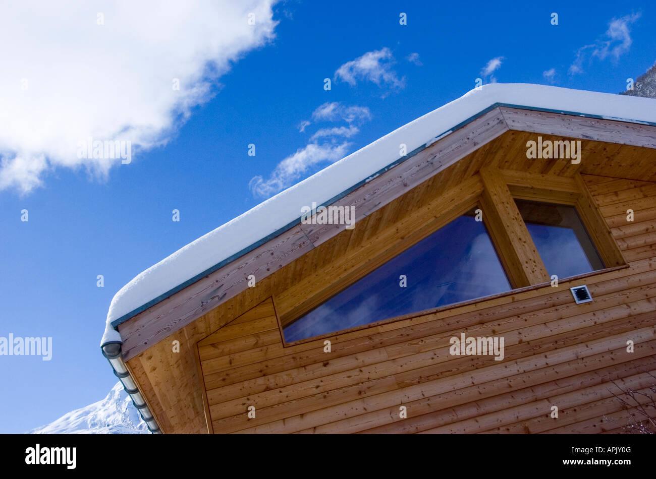 Moderne Luxus-Holz-Chalet im Skigebiet von Saas Fee in der Schweiz ...