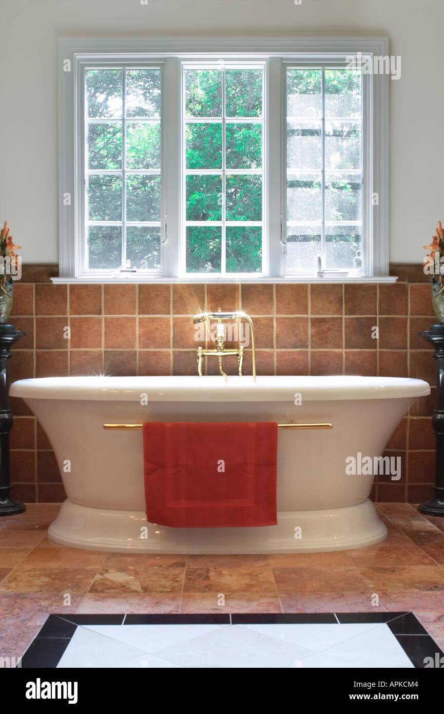 Tiefe badewanne im badezimmer luxus stockfoto bild for Luxus badezimmer einrichtung