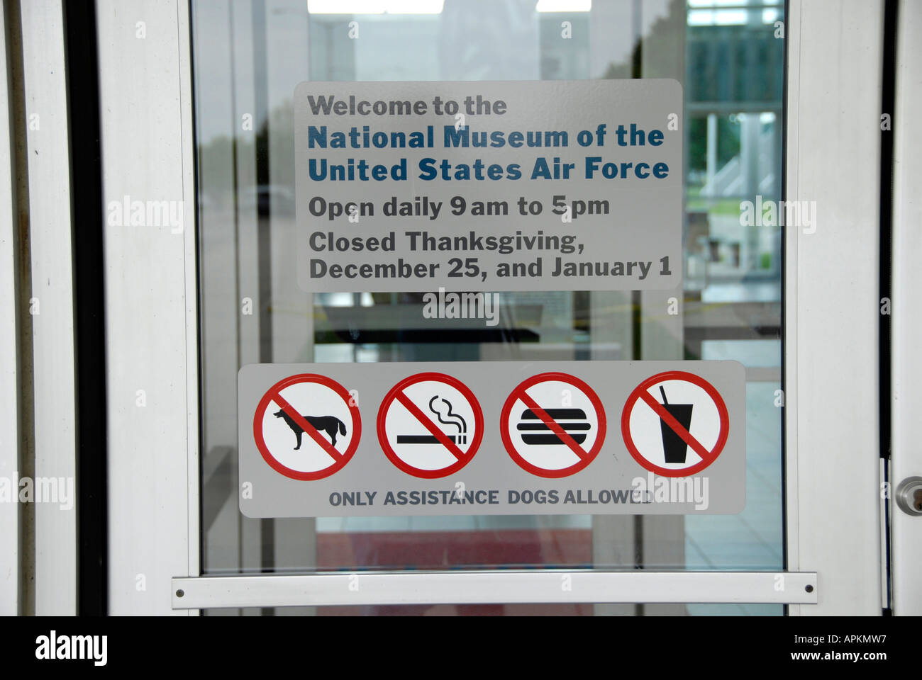 Betriebsstunden und Zeichen des Verbots auf Tür veröffentlicht Stockbild