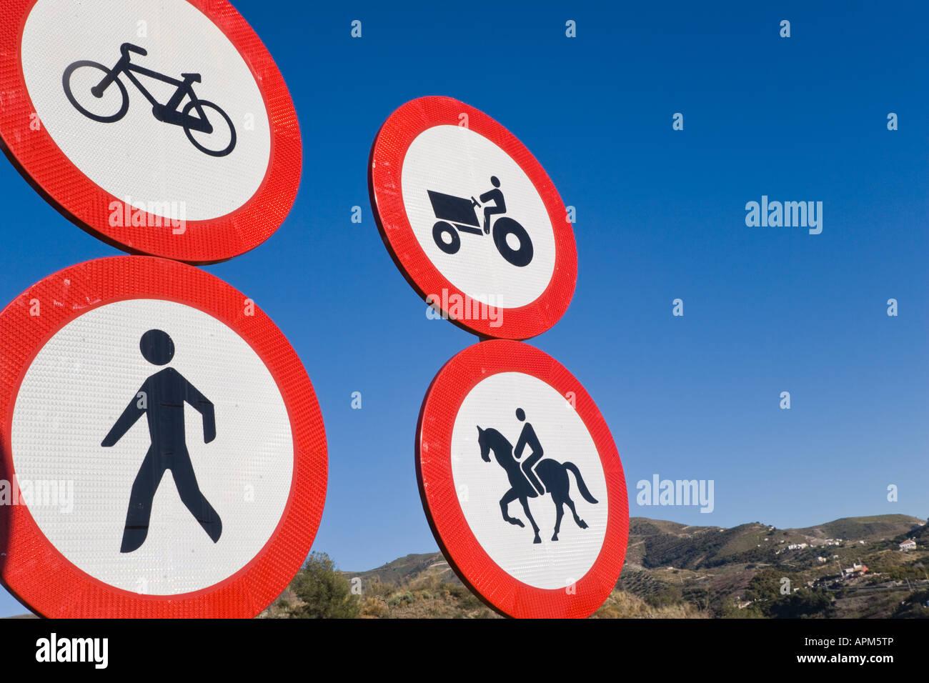 Verkehrszeichen am Eingang zur Autobahn in Spanien verbieten Zugang zu Fahrräder Bauernhof-Maschinerie Fußgänger Stockbild