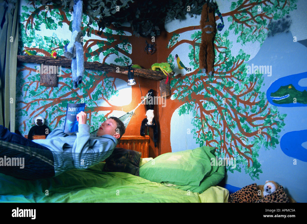 Junge Liest Im Schlafzimmer Eingerichtet Wie Dschungel Fantasy Oscar Hanna Stockfotografie Alamy