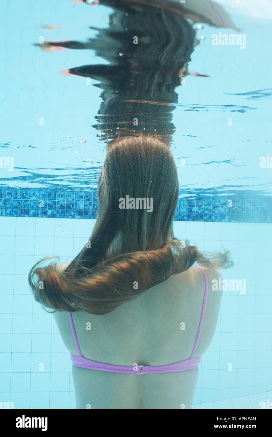 Mitte der erwachsenen Frau Tauchen (Unterwasser) Stockfoto