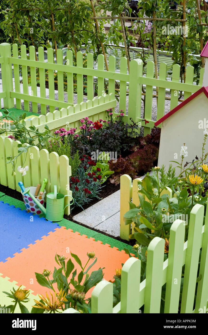 Des Kindes Garten Patch Im Spielbereich Neben Spielhauschen