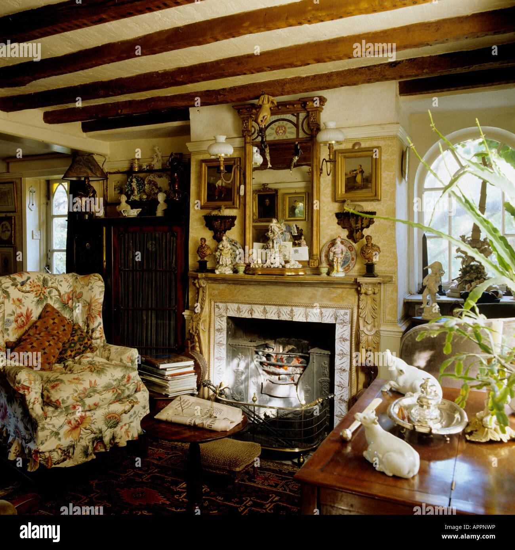 Ferienhaus Wohnzimmer Mit Balkendecke Im Traditionellen Viktorianischen Stil  Eingerichtet Stockbild