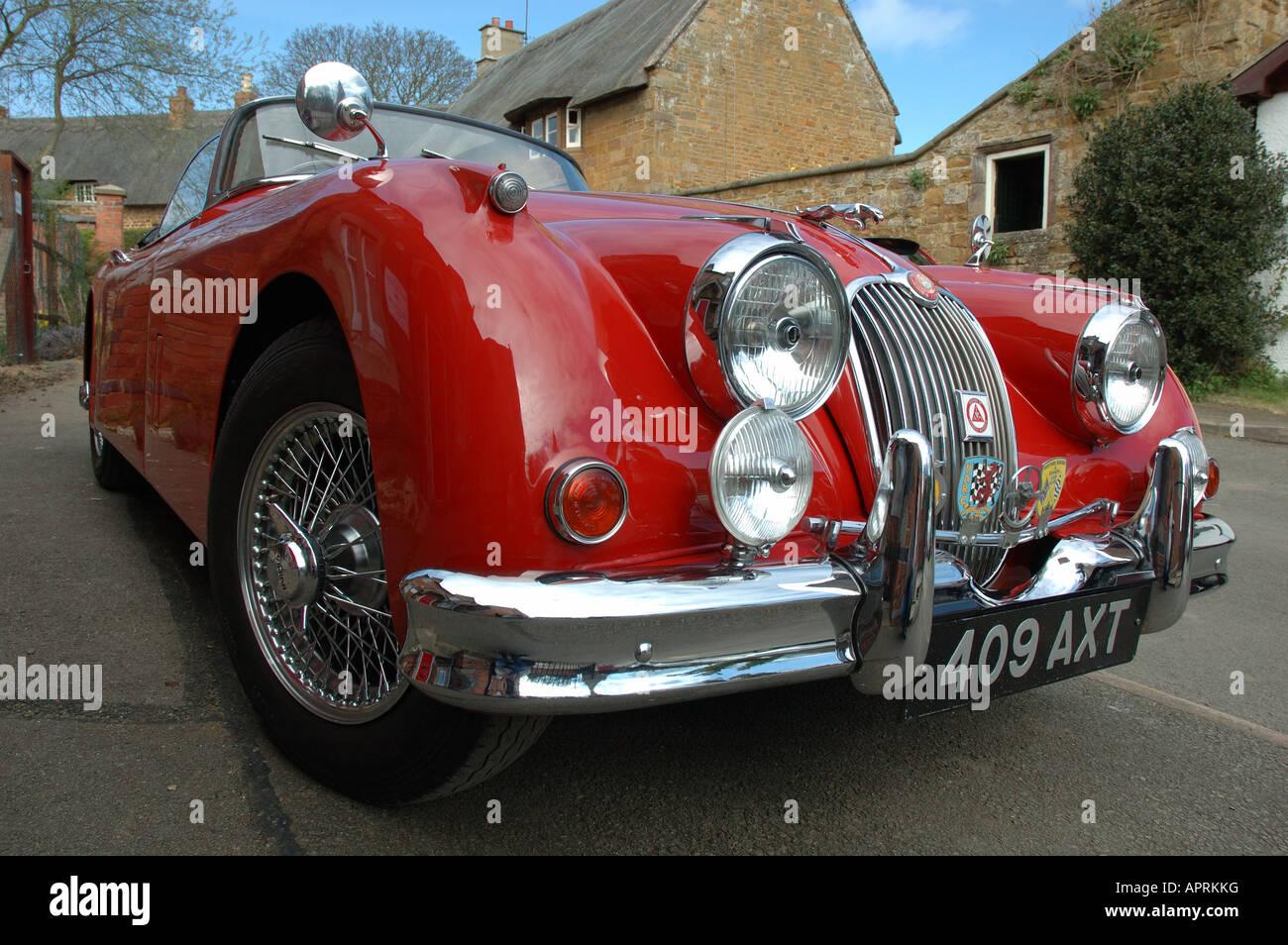 """roten Jaguar-Sportwagen von Robbie Coltrane in seiner TV-Serie """"B Road Britain"""" verwendet Stockbild"""