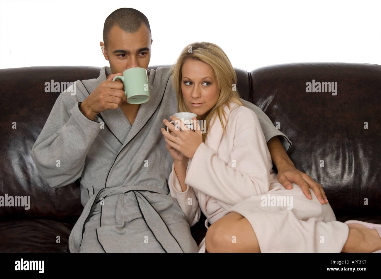 Junge mischlinge paar kuscheln auf dem sofa trinken tee for Sofa kuscheln