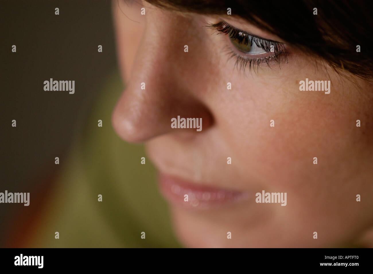 Nahaufnahme des Gesichts eine weiße Frau in ihren frühen dreißiger Jahren. Konzentration auf ihr Auge, wie sie von der Kamera Weg sieht Stockbild