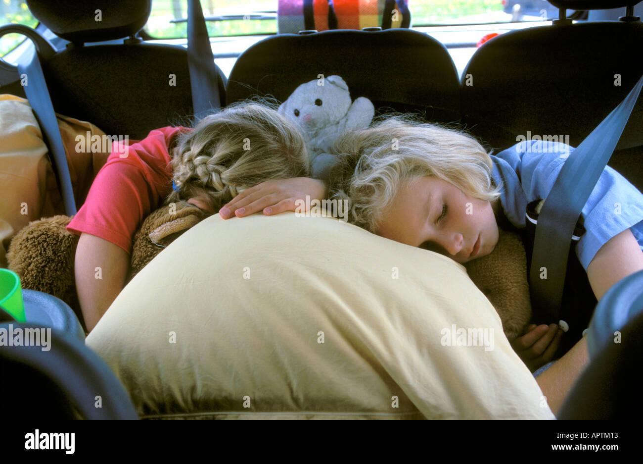 Zwei Mädchen im Auto schlafen Stockbild