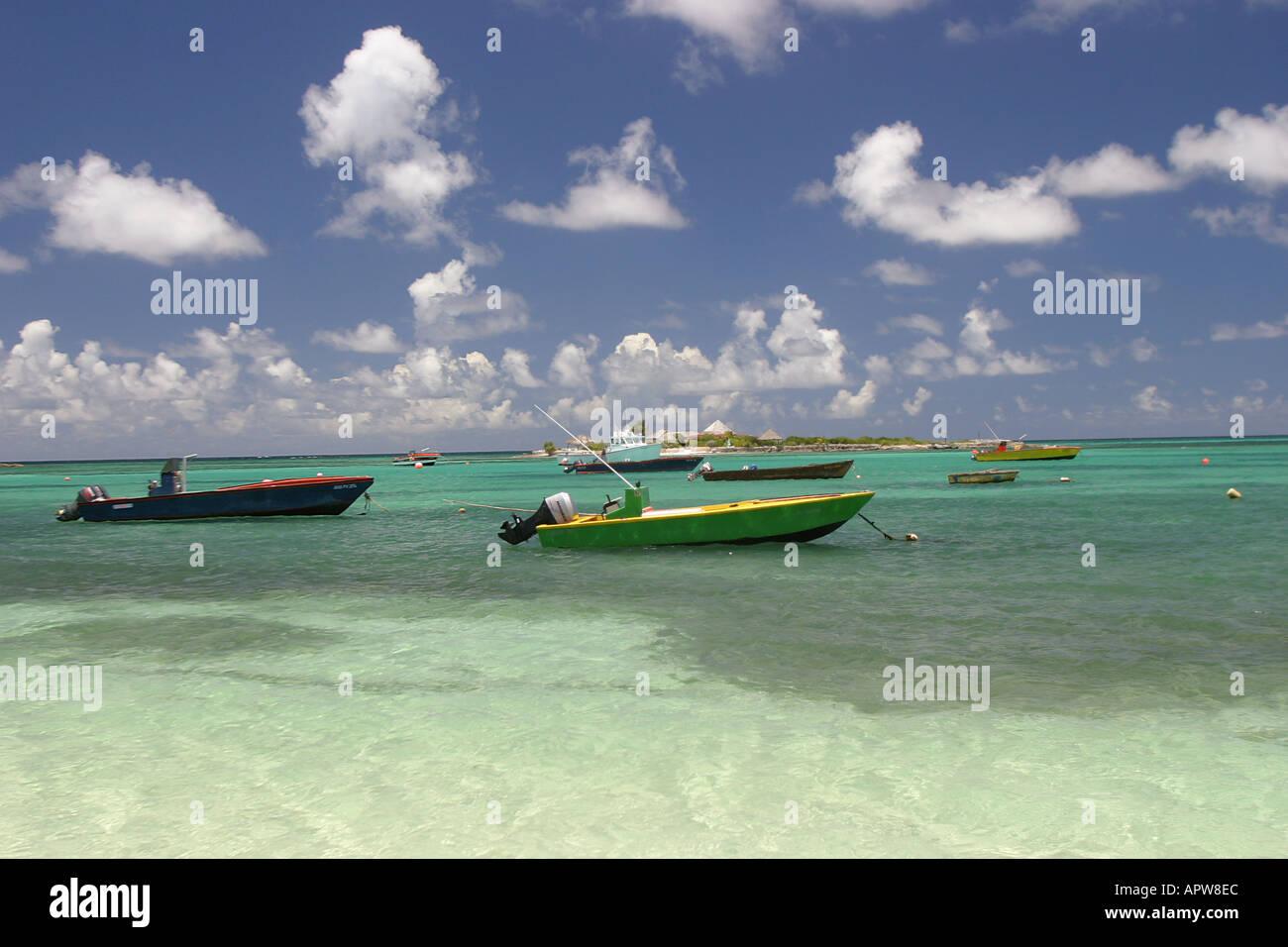 Angelboote/Fischerboote am Strand im Hafen der Insel aus die Insel Anguilla in der Karibik West Indies schweben Stockfoto