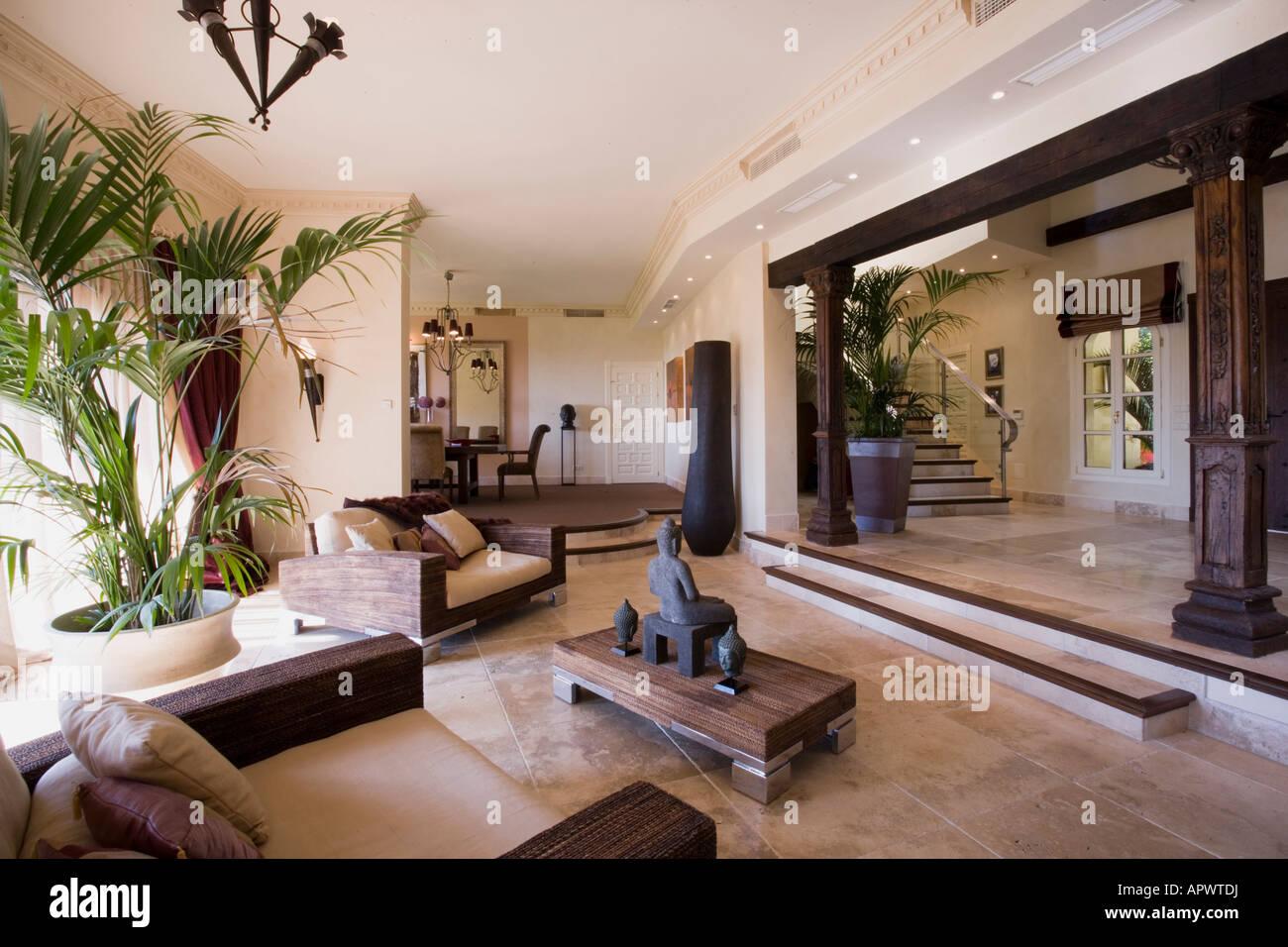 Moderne spanische Villa Wohnzimmer in der Abenddämmerung Stockfoto ...