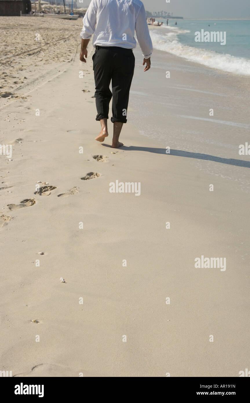 am strand in formeller kleidung stockfotos und -bilder