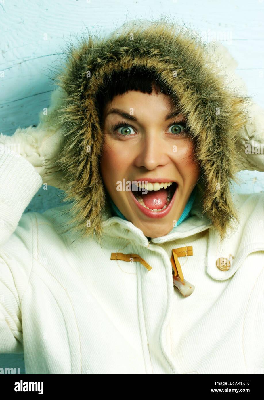 Indoor Studio schließen sich Frau 25 30 Brünette Schopf Porträt Fell Kapuze Handschuh Handschuhe Jacke weißen schreien schreien Emotionen Stockbild