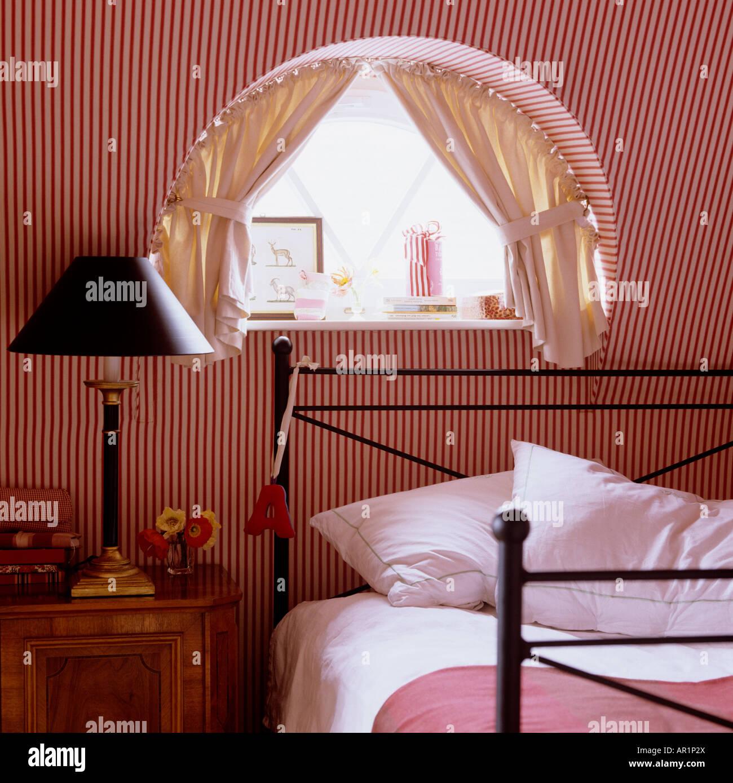 rot-weiß gestreiften Schlafzimmer mit halbrunden Fenster Stockfoto ...